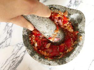sambal maken - vijzelen