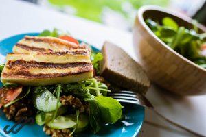 koken op de camping - salade met halloumi