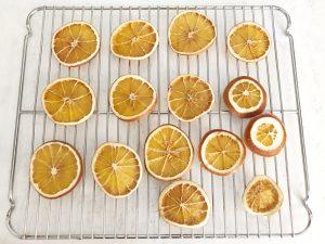 Herfstdecoratie maken gedroogde sinaasappels - afkoelen