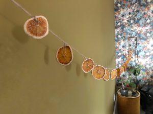 Herfstdecoratie maken gedroogde sinaasappels - slinger
