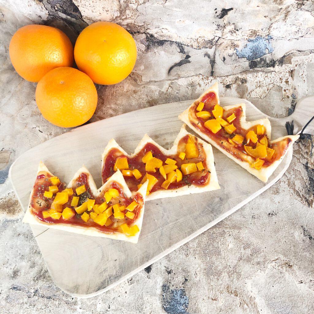 oranje borrelplank met pizza kroon