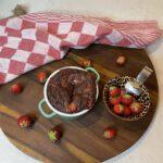 gezond eiwitrijk ontbijt - chocolade lavacake met aardbeien