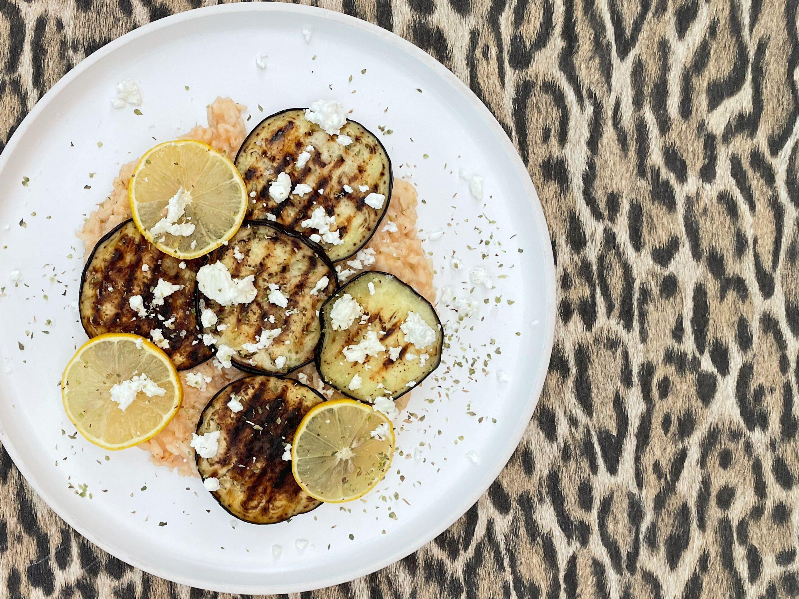 Griekse gegrilde aubergineschotel