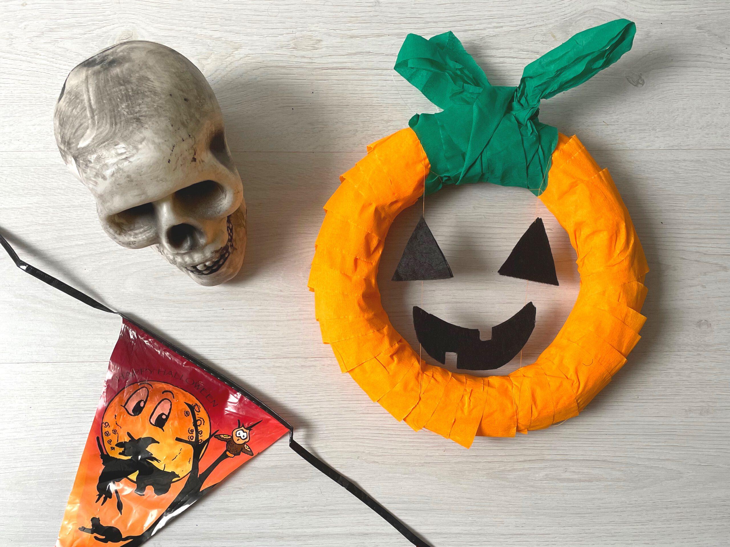 Maak een Halloween krans voor aan de deur.